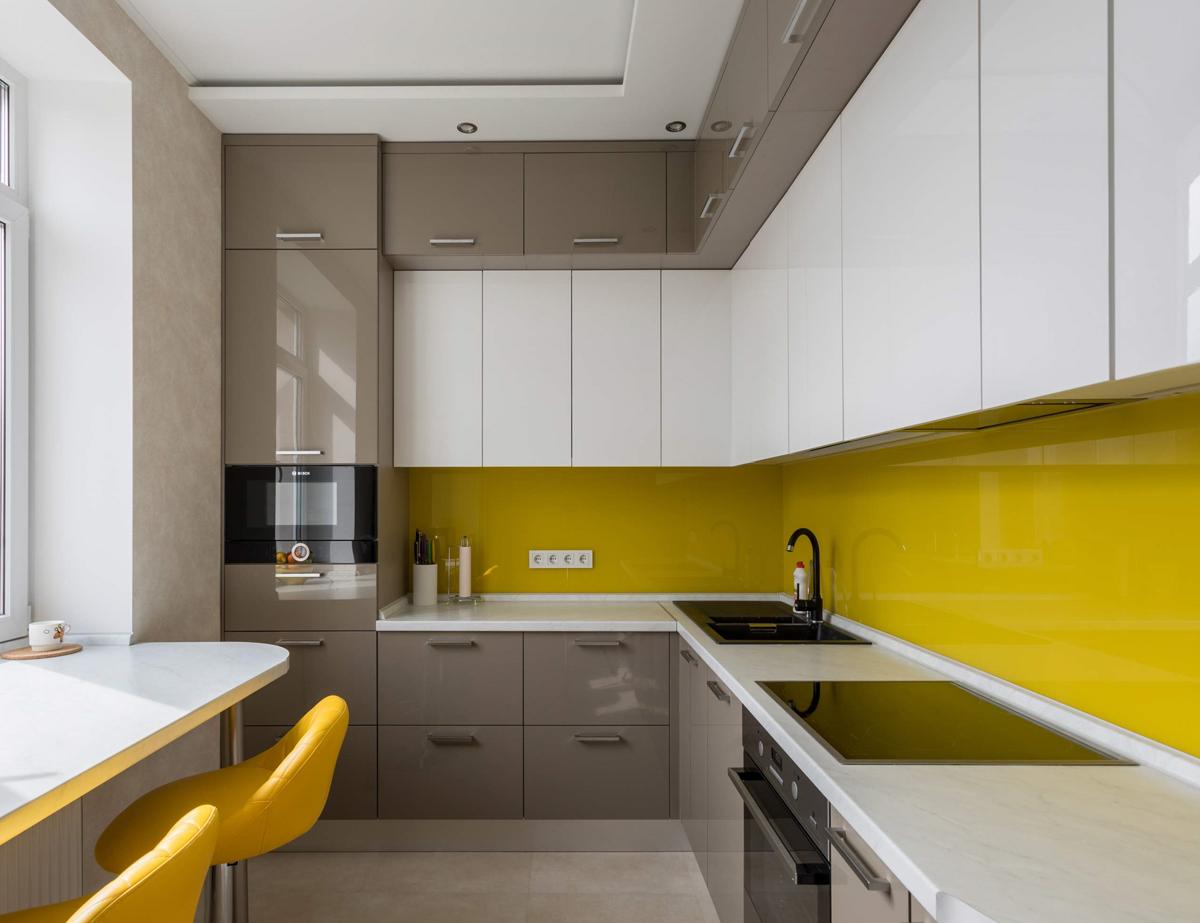 Как добавить яркий акцент серой кухне?